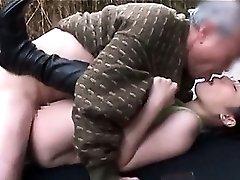 Slutty paauglių jap brunetė atsižvelgiant brandus gaidys savo šlapias skyles