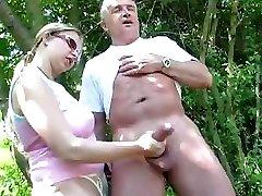 Brandus pora lauke, ir ji duoda jam handjob gaidys