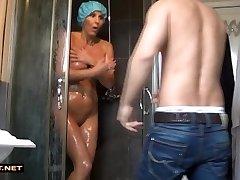 Tõeline stepson rescuses samm-ema töö dušš
