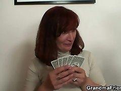 Vanaema neelab kaks klapid pärast poker mäng