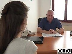 jauna mergina pakliuvom vyras office deepthroat blowjob