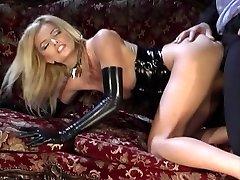 Apsvaiginimo šviesūs juodos latekso pasireiškia giliųjų gręžinių ant sofos