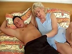 Vanaema voodis