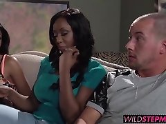 Codi Bryant jalutab sisse Anya kuigi ta annab talle suhu