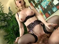 Horny fair haired cougar in black famosas espiadas vasnudas 1 gets fucked by her young freak hard