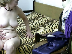Bodacious ghumne wala sex video fingers her wet pussy in the bathroom