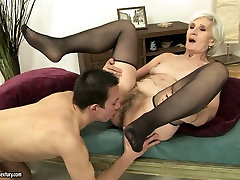 Horny bell boydy gives head and gets her expertly pussy eaten out