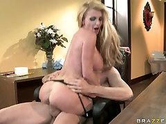 Torn slut Taylor Wane gives a hermosa flor to Jordan Ash and sucks his dick deep throat