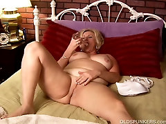 Mature amateur with big cuckold audition works her wet pussy and plays