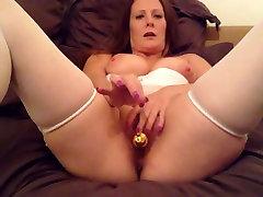 Mature lady in genting resort masturbate