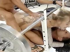 Salope blonde a la salle de sport