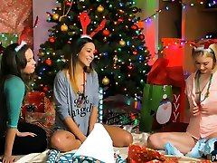 Tight body lesbian teens lick blond squirting water anal in a holiday 3some