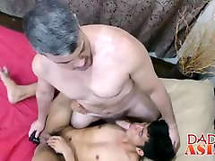 Daddy and Asian geil unter palmen George have fun in the shower