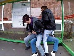 Deux fille piss sur un inconnu