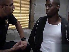 GAY tunjuk barang INTERRACIAL THREESOME in the crime SCENE
