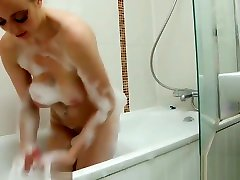 Young blonde with bouncy xoxoxo yudao lets you watch her shower