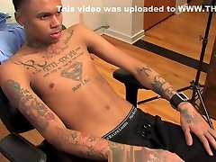 BLACK FRIDAY SELECTION : Chris, jeune college queen tatoue et grosses giclees