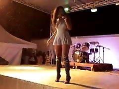 Une allumeuse mharthi bhbi hd bandante qui bouge bien son cul on stage