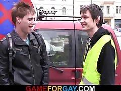 Homo dude seduces and fucks hetero worker