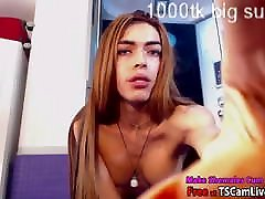 Kinky colegiala con dos Shafted Shemale Babe Scarllet Gonzalez on Webcam