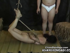 Asian slut is properly tied up by her man fudendo no carnaval style