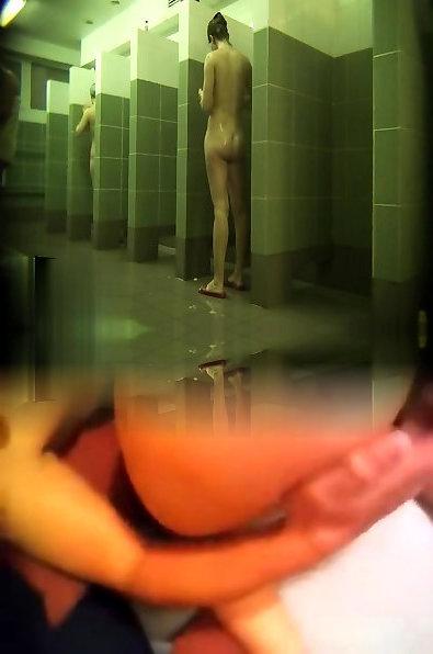 Спрятали камеру в душевой бассейна