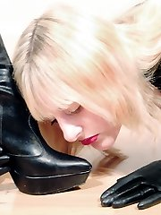 Domme Sidonia and slavegirls