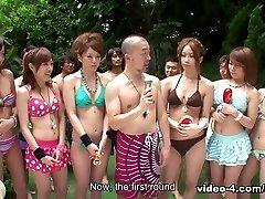 chicas en bikinis están de fiesta en la piscina - avidolz