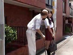 若い日本の女子高生が魅了された老人にバス