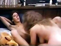 busty college babe a beaucoup de sexe dans les années 80 dortoir
