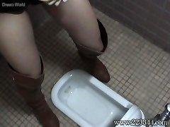 A lány, aki fel egy Japán stílusú wc