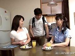 الشهوانية اليابانية فاتنة ناضجة Yuuri Saejima مستبعد على قضيب