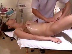 Si Contorce In Voyeur Rasata Massaggio