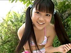 Mignon coréen étudiant pose en bikini dans le jardin