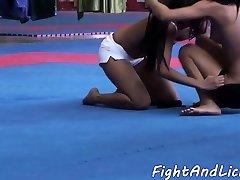 asiatische-lesben-lecken babes muschi nach dem ringkampf