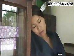 Japanische Frau saugt an seinem Schwanz, gefickt und saugt wieder