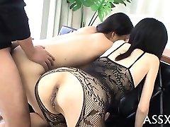 Torride blowbang de japonais playgirl avec butt plug