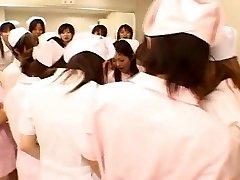 Asiatique infirmières profiter du sexe sur le dessus