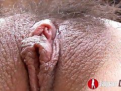 Slim poulette Asiatique avec un bâillon boule dans sa bouche se caressent et doigtée