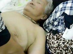 80yr יפני ישן סבתא עדיין מקבל מוקרם (לא מצונזר)