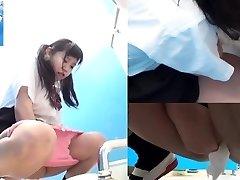Asya öğrenciler tuvalette işerken
