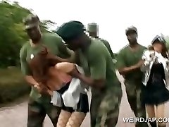 שפחת מין אסיאתית מקבלת זיין צבאי סקס קבוצתי