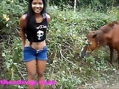 הת ' ר עמוק על טרקטורון צריך להשתין ליד סוסים