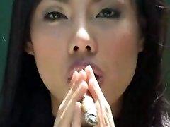 āzijas meitene cigāru smēķēšana