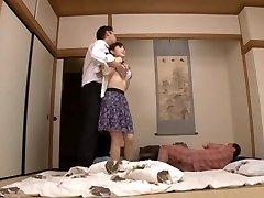 Hausfrau Yuu Kawakami Hart Gefickt, Während Ein Anderer Mann Uhren