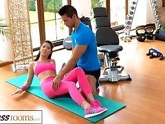 FitnessRooms Fitnes inštruktor potegne navzdol njo joga hlače za seks