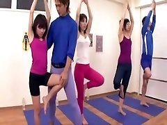 Japonski trener pridobi erekcijo v telovadnici tri