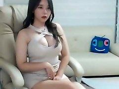 セクシーアジアの女の子にはピンクのミニドレス