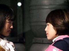 미카쿠치와 Mayu Kawamoto 레즈비언 키스