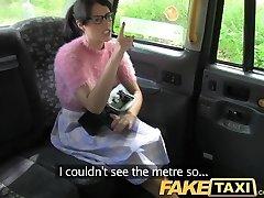 FakeTaxi brunetka w okularach płaci cenę za chamstwo